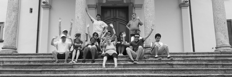 Foto di gruppo della cooperativa sociolario su scalinata