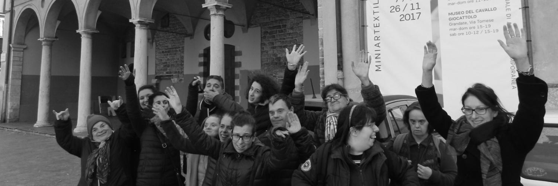 Foto di gruppo della Cooperativa Sociolario al museo Miniarttextil